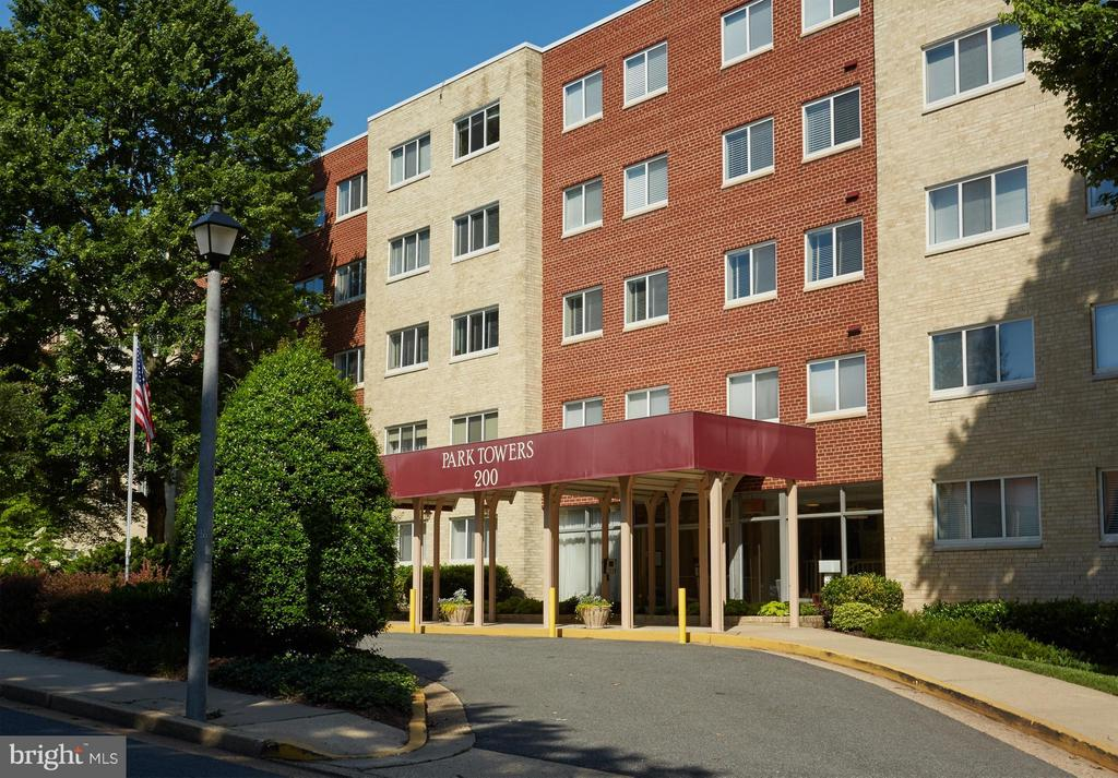 So convenient and affordable Park Towers - 200 MAPLE AVE N #410, FALLS CHURCH