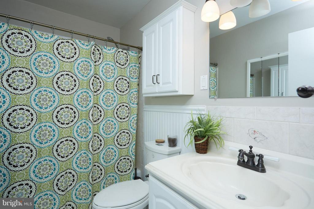 Nicely updated bathroom - 200 MAPLE AVE N #410, FALLS CHURCH