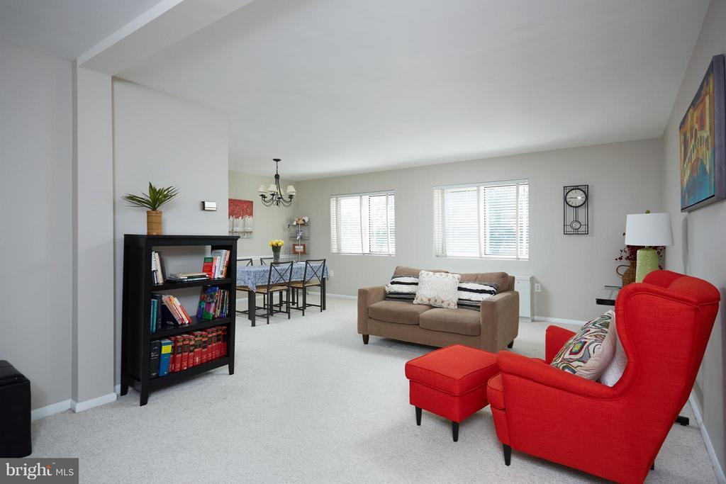 Light filled living & dining room - 200 MAPLE AVE N #410, FALLS CHURCH