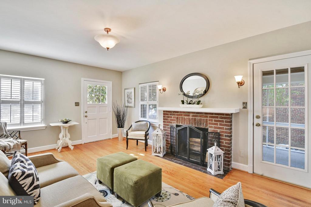 Access to screened porch from living area! - 116 MONCURE DR, ALEXANDRIA