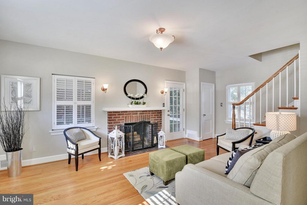 Bright living space with WB FP, hardwoods, closet - 116 MONCURE DR, ALEXANDRIA