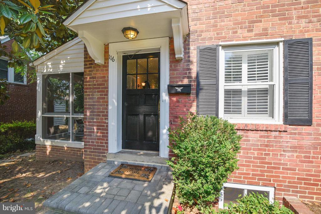 Freshly painted front door and exterior trim! - 116 MONCURE DR, ALEXANDRIA