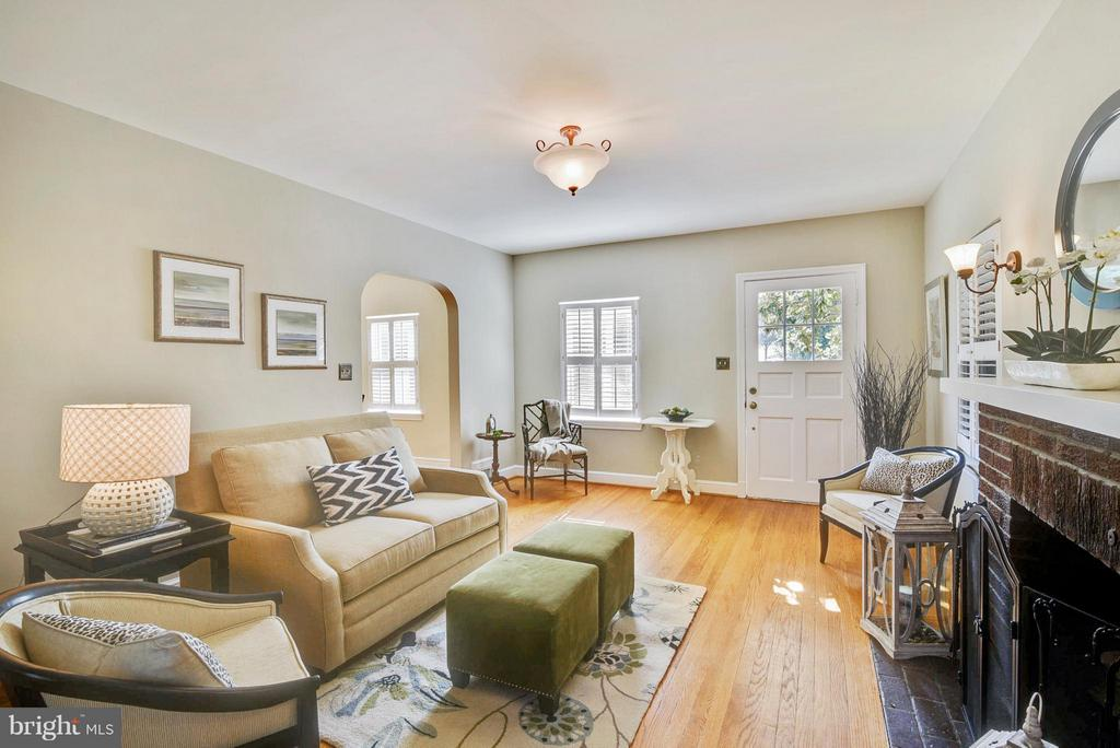 A full view of the living space - 116 MONCURE DR, ALEXANDRIA