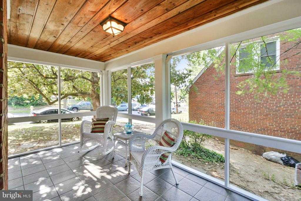 Room for a table, other seating and a porch swing! - 116 MONCURE DR, ALEXANDRIA
