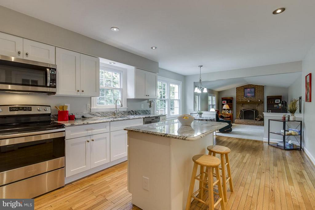 Center Island is Heart of the Kitchen - 6207 GOODING POND CT, BURKE