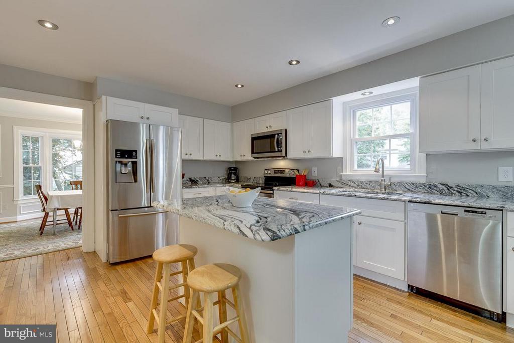 New Cabinets and Impressive Granite - 6207 GOODING POND CT, BURKE