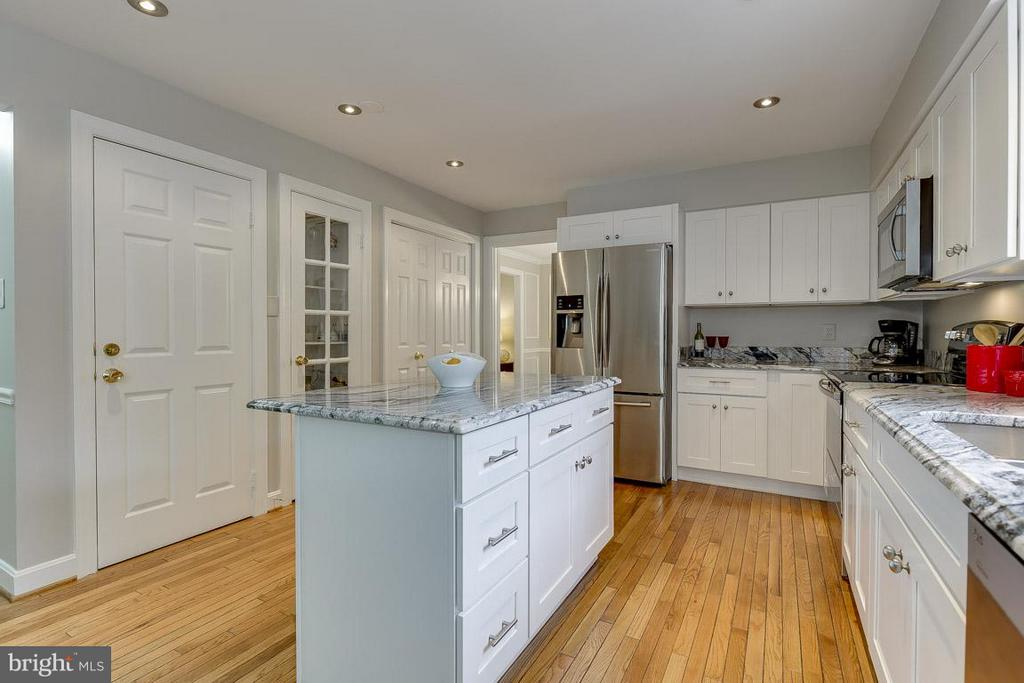 Exquisite Hardware Accents Stainless Appliances - 6207 GOODING POND CT, BURKE