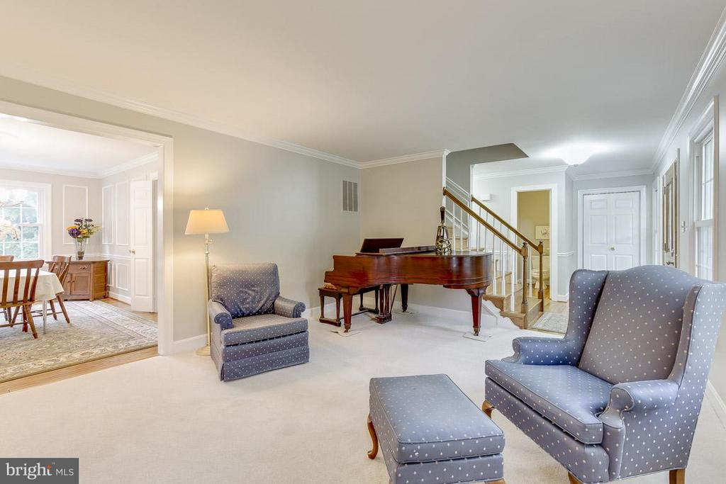 Expansive Living Room Perfect for a Grand Piano - 6207 GOODING POND CT, BURKE