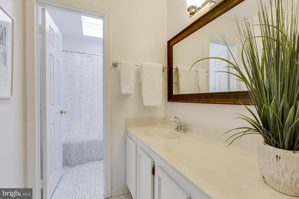 Upper Level Hall Bath with Private Shower/Tub - 6207 GOODING POND CT, BURKE