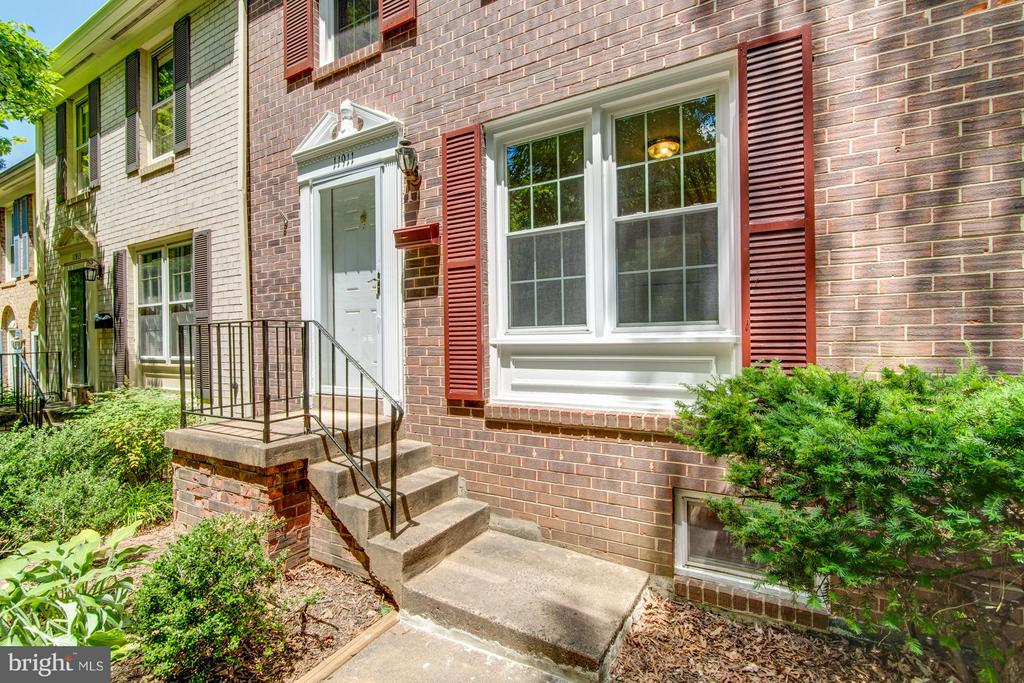 All Brick Townhomes in Deepwood neighborhood - 11911 SAINT JOHNSBURY CT, RESTON