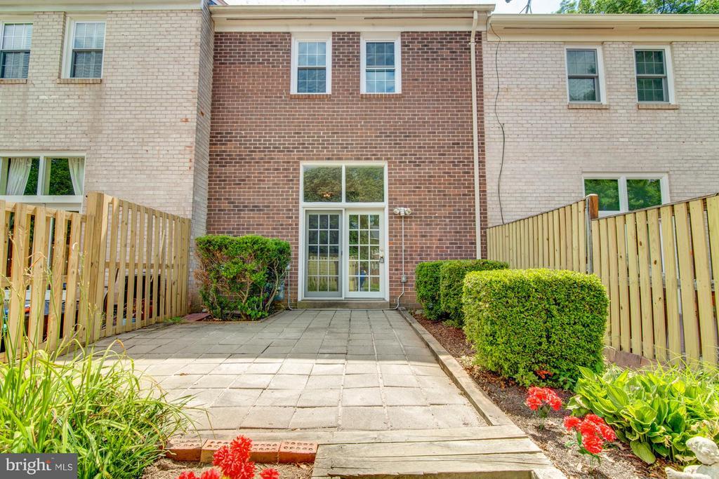 Beautiful French style courtyard - 11911 SAINT JOHNSBURY CT, RESTON