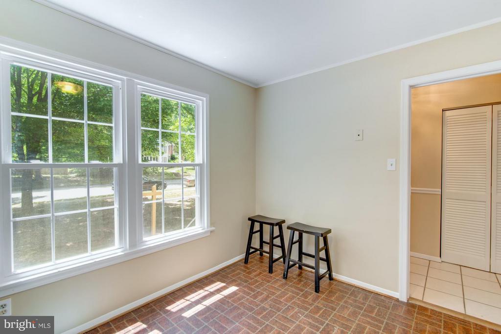 Eat in Kitchen with big windows! - 11911 SAINT JOHNSBURY CT, RESTON