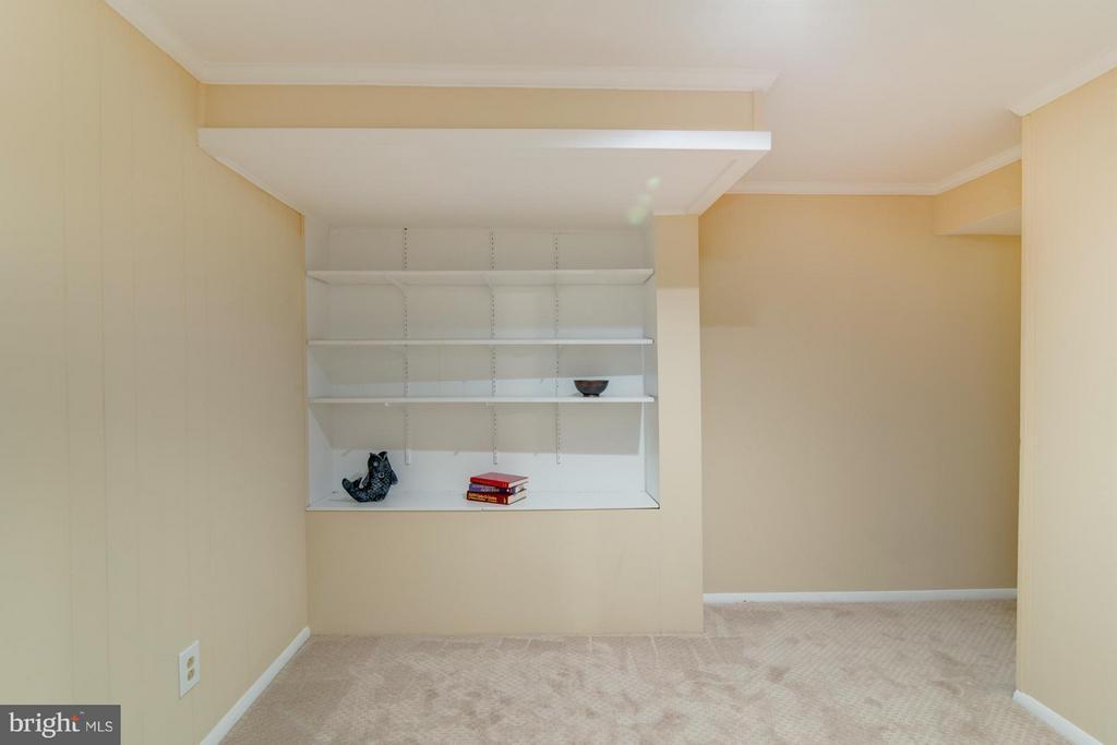 Built in Bookshelves! - 11911 SAINT JOHNSBURY CT, RESTON