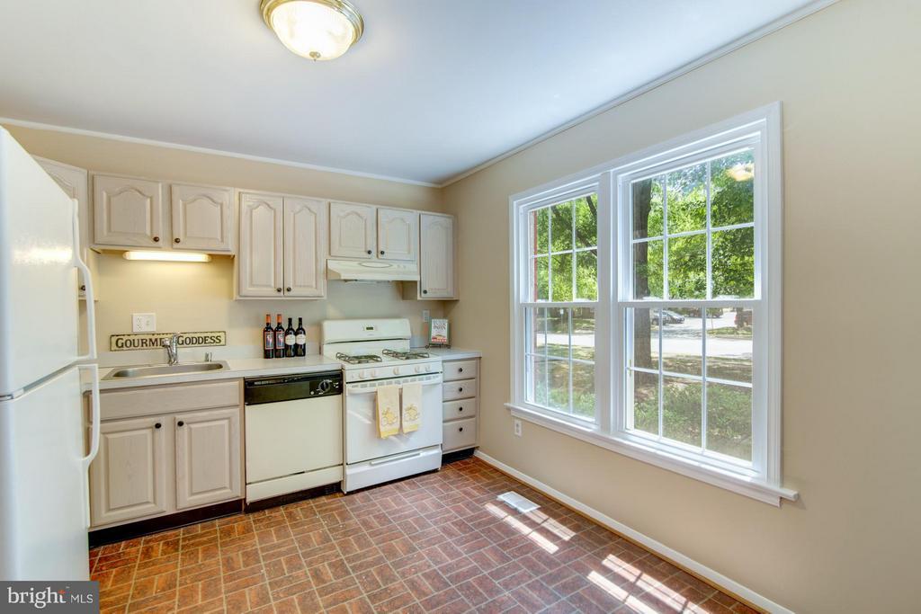Spacious light filled kitchen - 11911 SAINT JOHNSBURY CT, RESTON