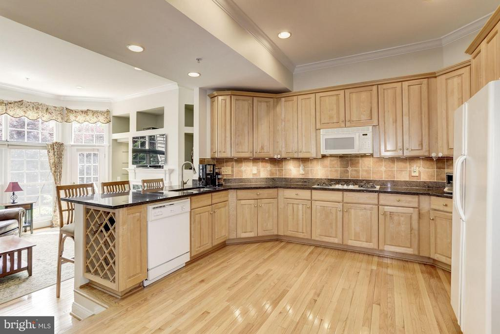 Beautiful, Bright Kitchen w/ Gleaming Wood Floors - 5237 BESSLEY PL, ALEXANDRIA