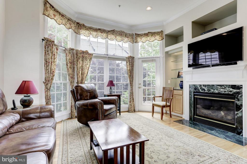 Open Concept Family Room w Gas Fireplace - 5237 BESSLEY PL, ALEXANDRIA