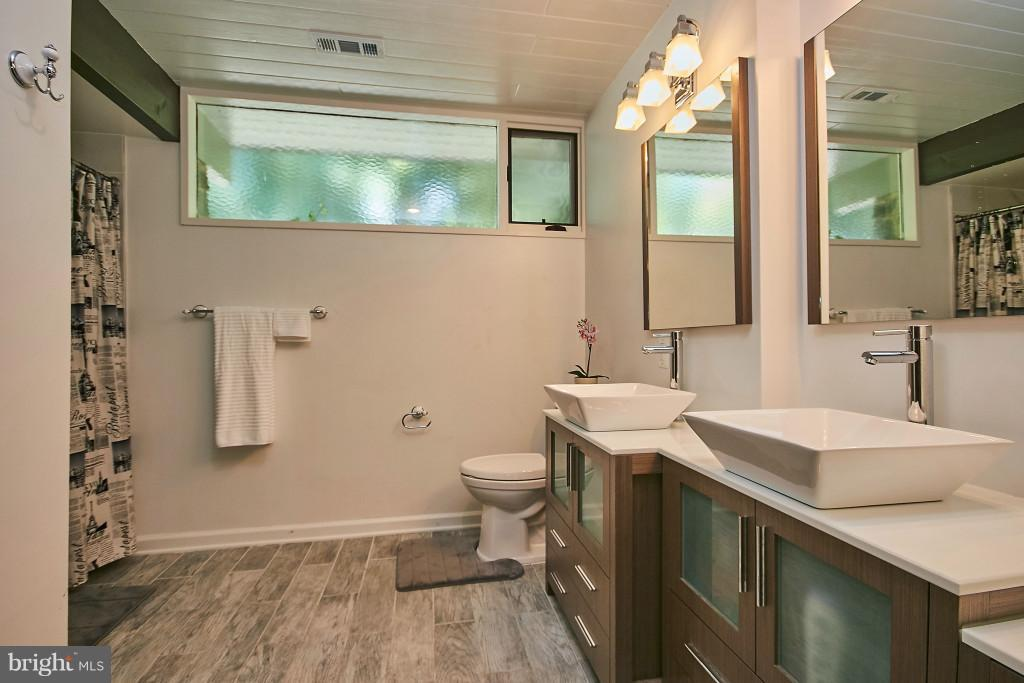 Brand new! Marble shower, ceramic floor, gorgeous. - 6704 BRIARCROFT ST, CLIFTON