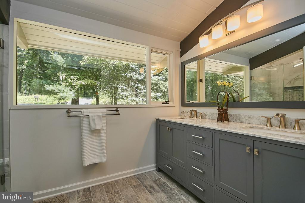 Remodeled! Contemporary dual vanity! - 6704 BRIARCROFT ST, CLIFTON