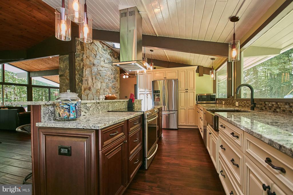 Expansive granite counters w plenty of outlets - 6704 BRIARCROFT ST, CLIFTON