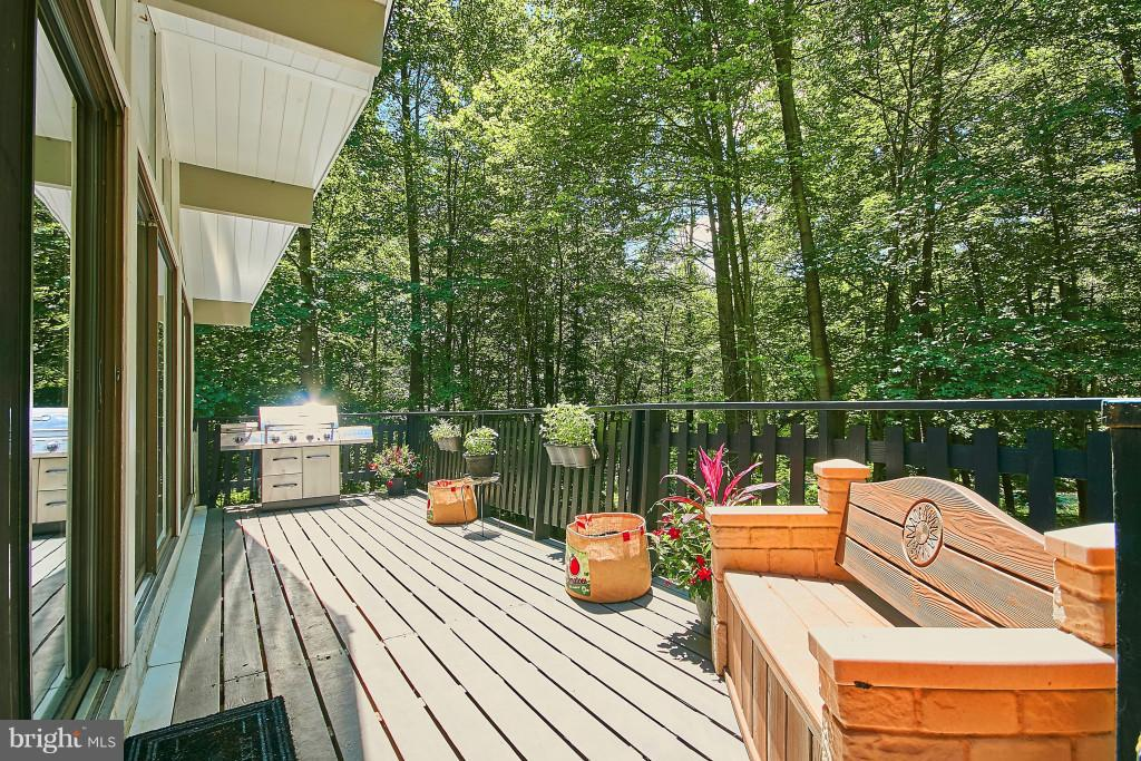 Lovely, contemporary railing completes deck - 6704 BRIARCROFT ST, CLIFTON