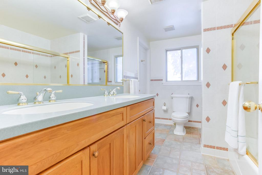 Tiled Bath - 106 HARBORVIEW DR, LOCUST GROVE