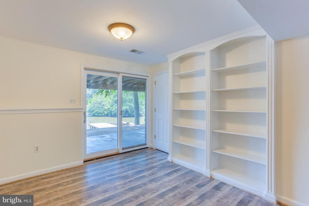 Family Room built in book cases - 106 HARBORVIEW DR, LOCUST GROVE