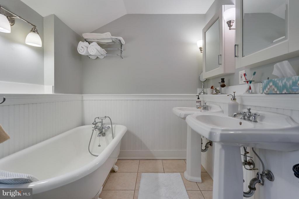 Bath (Master) - 308 KING ST, LEESBURG
