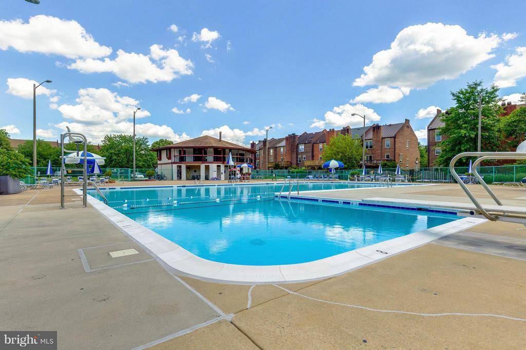 Convenient to wonderful Community Pool - 10167 TURNBERRY PL, OAKTON