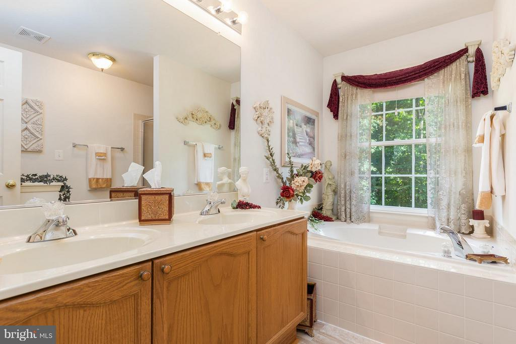 Double vanity, soaker tub, separate shower - 12126 KINGSWOOD BLVD, FREDERICKSBURG