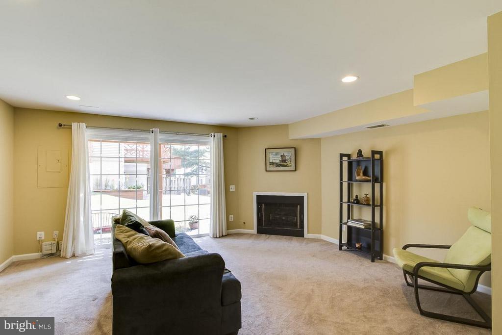 Walkout Family Room W/ Fireplace - 12131 WEDGEWAY PL, FAIRFAX