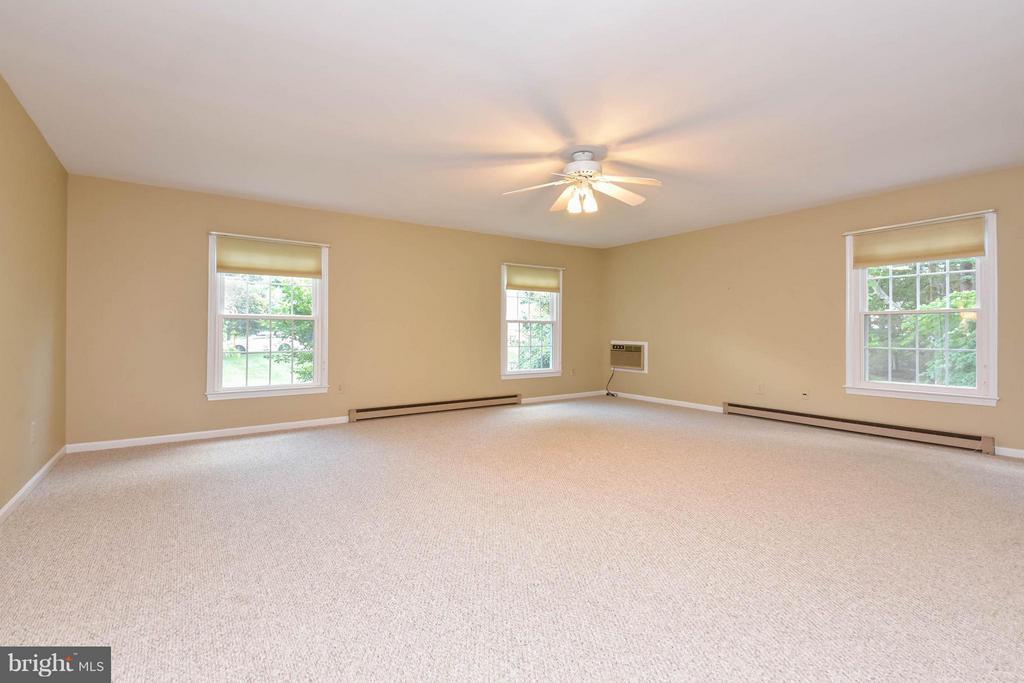 A bonus room and under carpet are hardwood floors! - 2732 LINDA MARIE DR, OAKTON