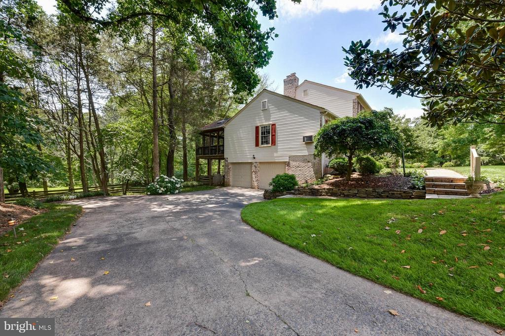 Lovely drive to your 2 car garage - 2732 LINDA MARIE DR, OAKTON