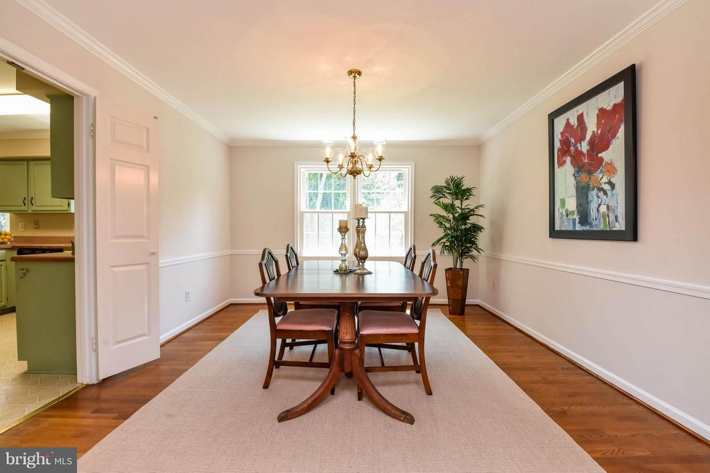 Enjoy dining this lovely room - 2732 LINDA MARIE DR, OAKTON