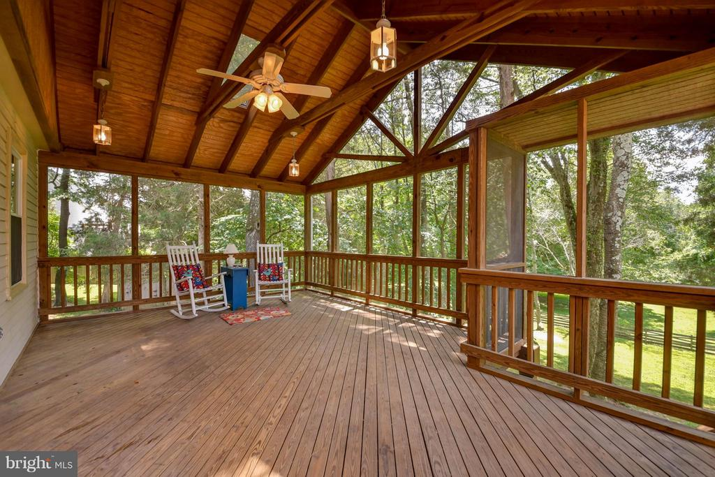 Screened in porch with ceiling fan and lights! - 2732 LINDA MARIE DR, OAKTON