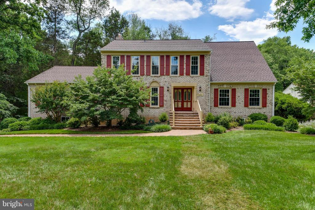 Beautiful colonial with lush landscaping - 2732 LINDA MARIE DR, OAKTON