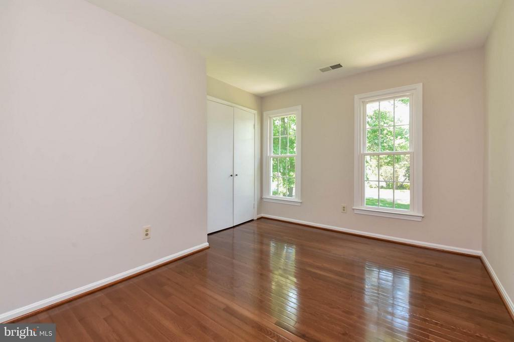 4th bedroom with great light and big closet - 2732 LINDA MARIE DR, OAKTON