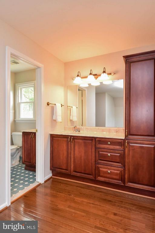 Lovely space with more storage - 2732 LINDA MARIE DR, OAKTON