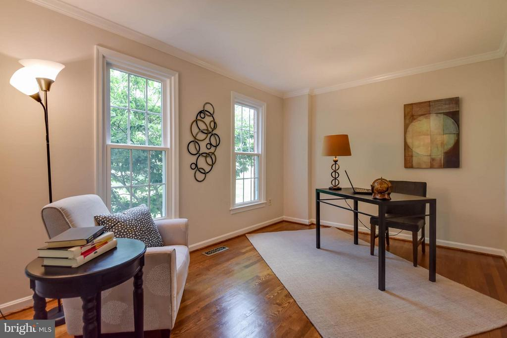 Wonderful space for an office or library - 2732 LINDA MARIE DR, OAKTON