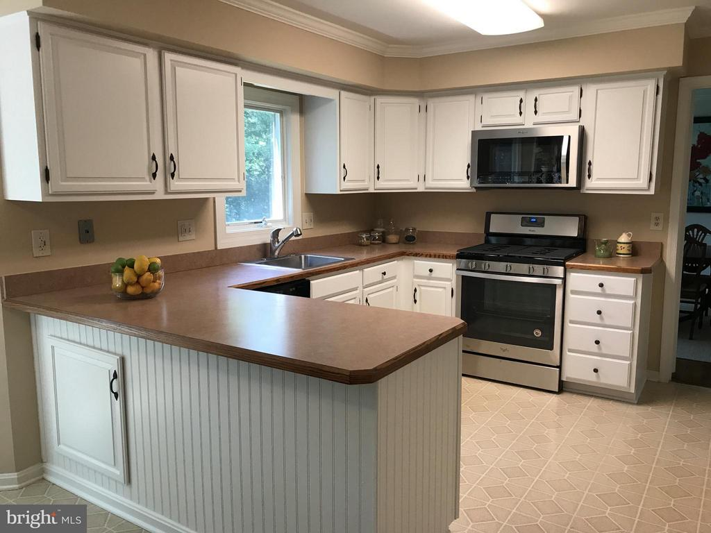Ample counter top space and storage! - 2732 LINDA MARIE DR, OAKTON