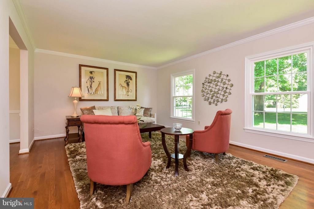 Freshly painted and amazing floors - 2732 LINDA MARIE DR, OAKTON