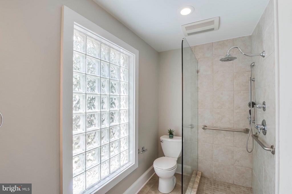 Main Level Bathroom - 732 PARK AVE, HERNDON