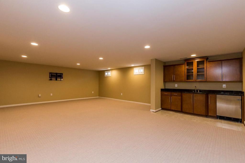 Walk-up basement includes wet bar - 23221 FALLEN HILLS DR, ASHBURN