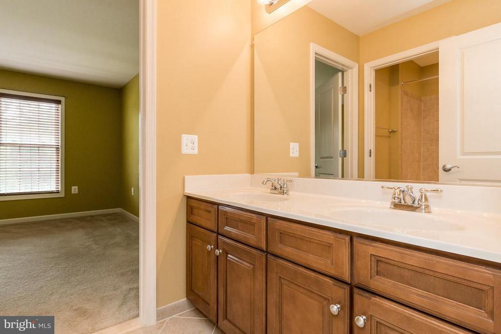 Jack-and-Jill Bathroom with dual sinks - 23221 FALLEN HILLS DR, ASHBURN