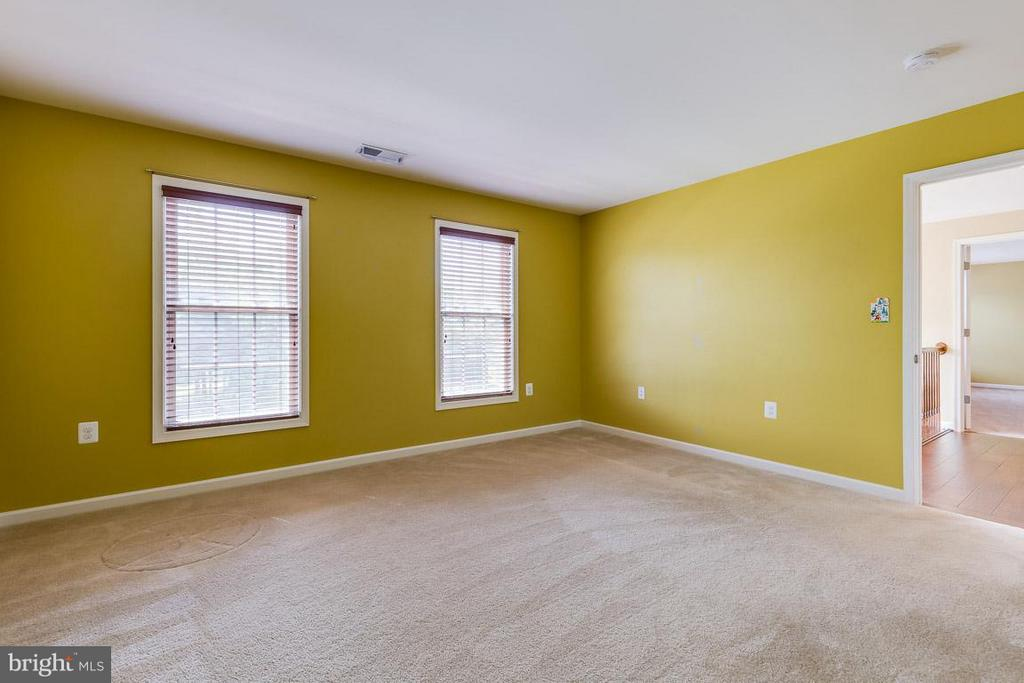 Third bedroom shares bathroom with fourth bedroom - 23221 FALLEN HILLS DR, ASHBURN