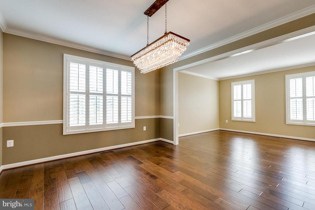 Wide-plank walnut floors and plantation shutters - 23221 FALLEN HILLS DR, ASHBURN