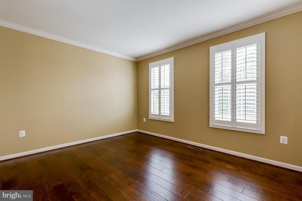 Beautiful and bright living room! - 23221 FALLEN HILLS DR, ASHBURN