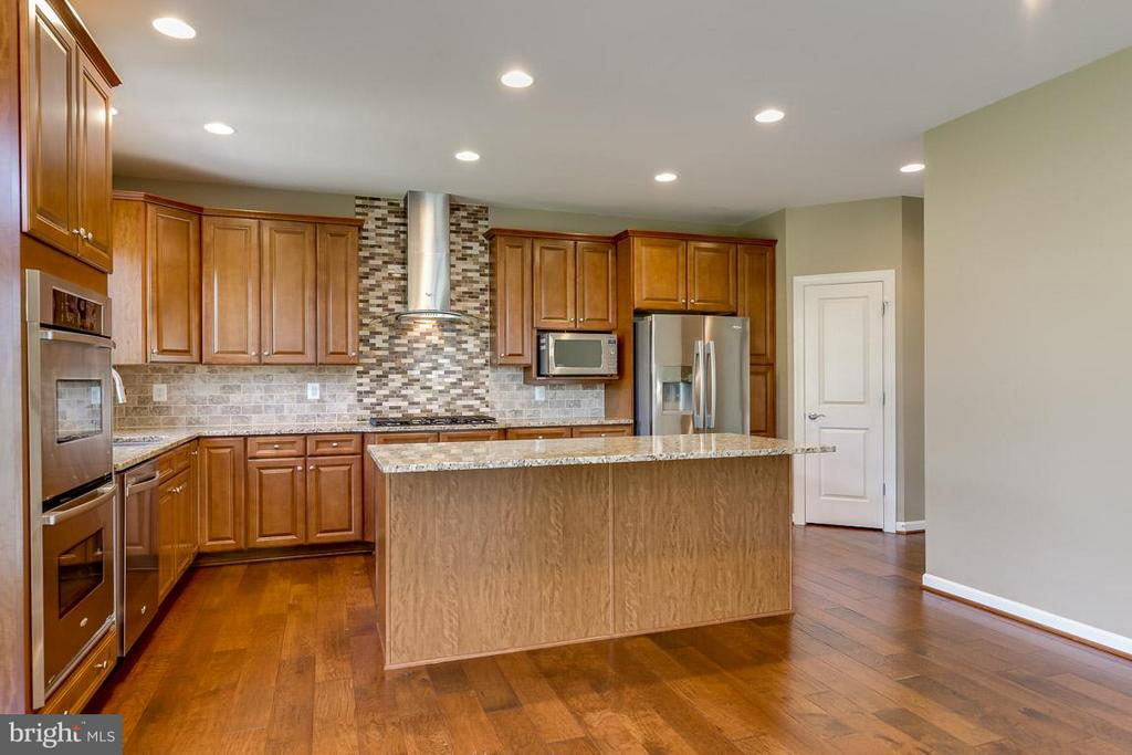 Plenty of cabinet space and pantry - 23221 FALLEN HILLS DR, ASHBURN