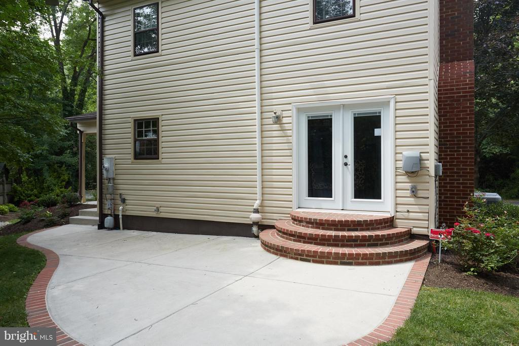 French doors lead to a spacious designer patio - 1905 WESTMORELAND ST N, ARLINGTON