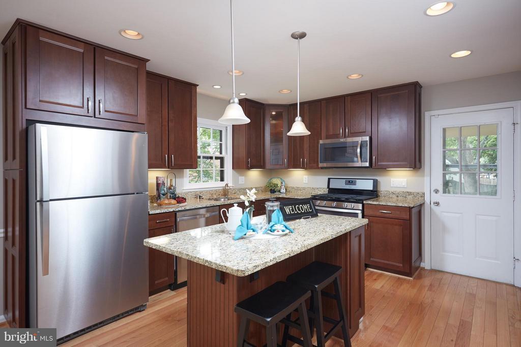 Stylish kitchen w/brand new appliances - 1905 WESTMORELAND ST N, ARLINGTON