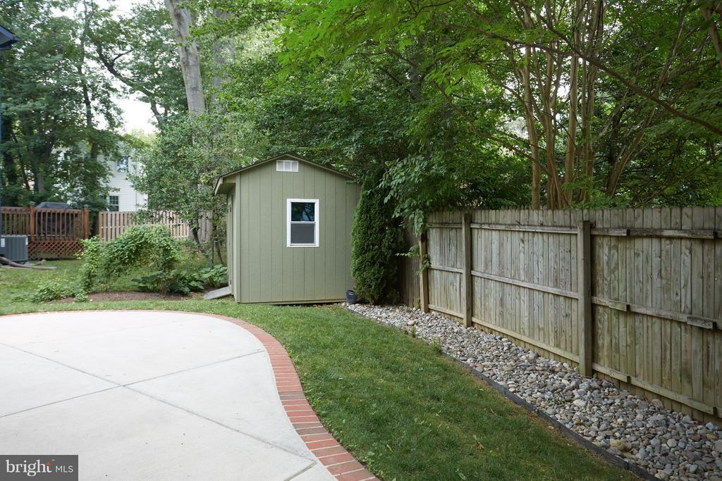 Great privacy and landscaping with drainage - 1905 WESTMORELAND ST N, ARLINGTON